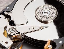 disque dur ouvert sur le bureau en bois photo