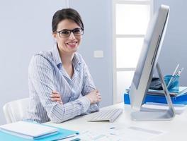 mignon, femme affaires, sourire, bureau photo