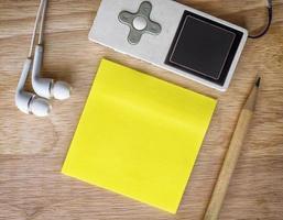 papier à notes sur un bureau en bois photo