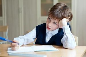 étudiant diligent assis au bureau, salle de classe