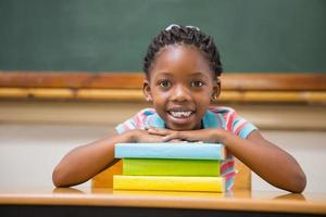 élève souriant assis à son bureau photo