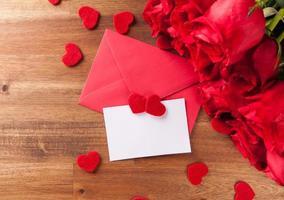 bouquet de roses sur un bureau en bois photo