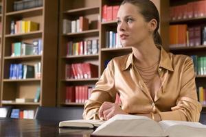 femme, livre, bureau, bibliothèque