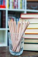 crayons de couleur avec une pile de livres en arrière-plan photo