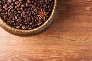 grains de café torréfiés dans un panier en bambou