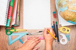 accessoires d'école sur un bureau