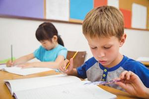 élèves mignons dessinant à leur bureau