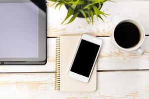 Vue de dessus de bureau de bureau avec ordinateur portable photo