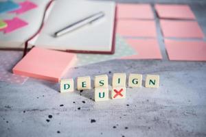 bureau design avec peu d'éléments photo
