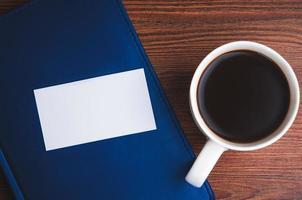 bloc-notes, carte d'appel et tasse de café photo