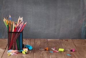 fournitures scolaires et de bureau sur la table de la classe photo