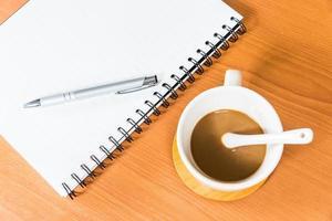 cahier et café sur fond de bois photo