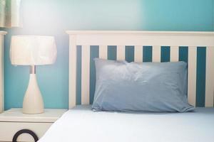 oreiller bleu clair sur lit blanc dans la chambre photo