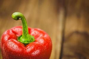 poivron rouge avec des gouttes d'eau