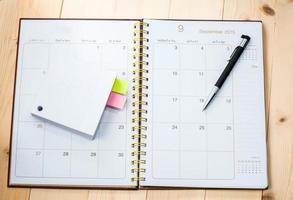 calendrier de bureau vierge avec papier mémo photo