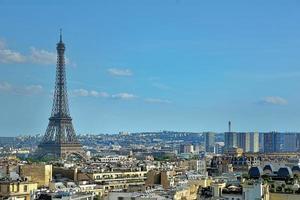 monument de la tour eiffel, vue depuis l'arc de triomphe. photo