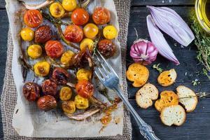 déjeuner sain avec des légumes rôtis frais du printemps photo