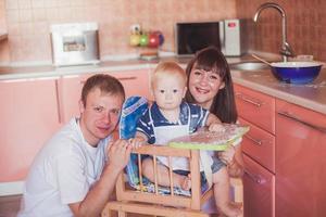 famille souriante heureuse à la cuisine