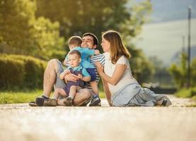 famille heureuse se détend