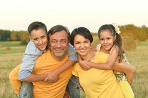 famille heureuse, dans, champ blé