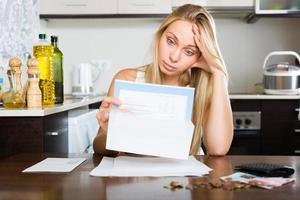 femme triste, calcul du budget familial photo