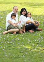 famille heureuse dans le parc photo