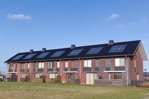 nouvelles maisons familiales avec panneaux solaires sur le toit