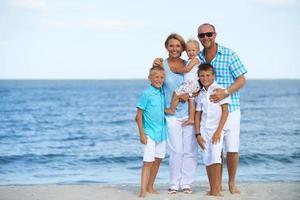 heureuse famille souriante avec enfants debout.