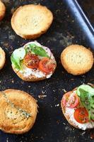 bruschetta aux légumes sur une plaque à pâtisserie