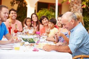 grand groupe familial, célébrer anniversaire, sur, terrasse, ensemble photo