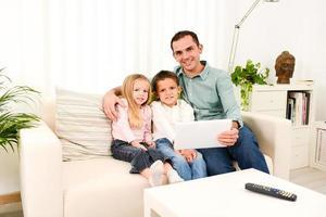 père heureux, jouer, à, tablette numérique, à, enfants, chez soi