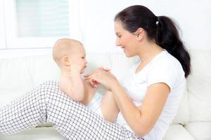 mère jouant avec son bébé