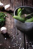 préparation de concombres marinés à faible teneur en sel photo