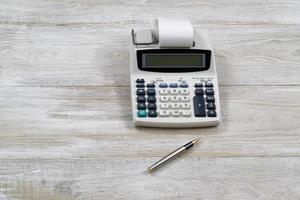 vieille calculatrice sur bureau en bois photo