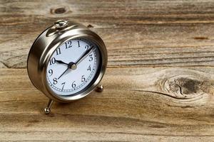 bureau en bois rustique avec horloge rétro photo