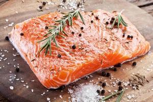 filet de saumon sur une planche à découper en bois. photo
