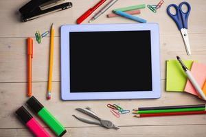 table des étudiants avec des fournitures scolaires photo