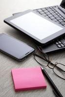 appareils électroniques sur table en bois photo