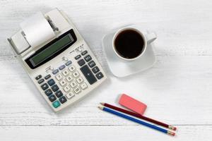 calculatrice d'affaires à l'ancienne sur le bureau blanc photo
