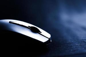 la souris avec une roue sur fond noir photo