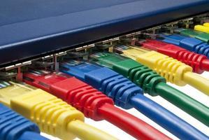 prises réseau Ethernet multicolores connectées à un routeur / commutateur photo