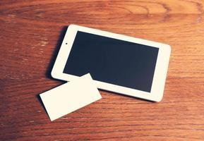 tablette blanche et morceau de papier photo