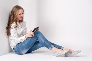 jeune étudiante en beauté fille avec tablette photo
