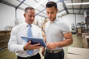 directeur d'entrepôt à l'aide de tablet pc avec collègue photo