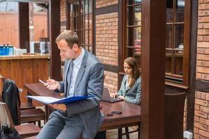 patron travaillant dur avec sa secrétaire. photo