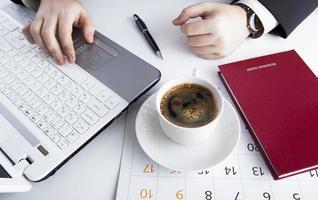 mains humaines sur le clavier du portable 5