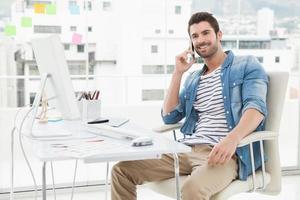 heureux homme d'affaires décontracté au téléphone