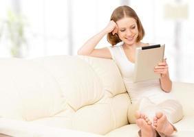 femme heureuse, à, tablette pc, chez soi photo