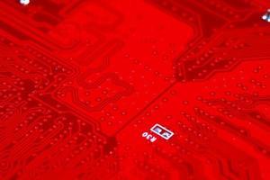 Gros plan du circuit de la carte mère électronique rouge avec processeur photo