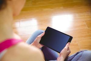 femme décontractée à l'aide de son tablet pc